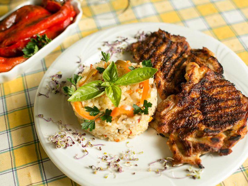 Ceafă de porc la grătar cu orez și legume